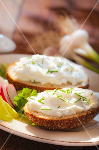Rye breads with low-fat quark and chives