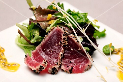 Flash-fried tuna with a mixed leaf salad