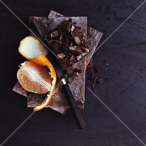 Schokoladenstücke und Orange