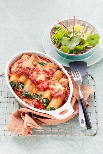 Cannelloni spinaci e ricotta (cannelloni with a spinach-ricotta filling)