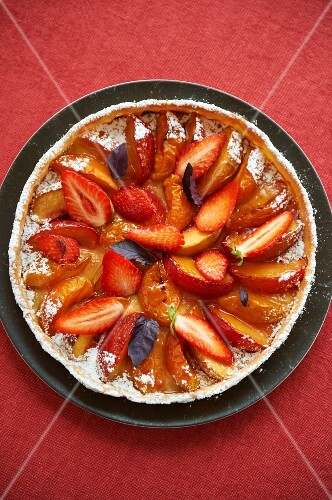 Peach and apricot tart with strawberries (seen from above)