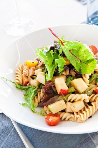 Fusilli salad with tomatoes and apples