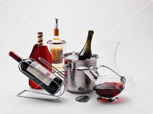 Wine accessories: a bottle stand, a cooling sleeve, a wine cooler, a champagne bucket, a decanter and a pouring aid