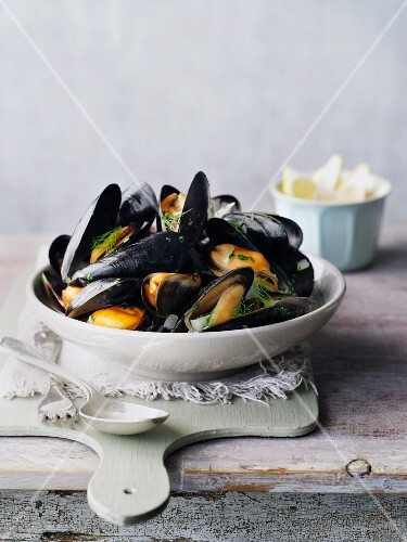 Steamed mussels with dill and lemons