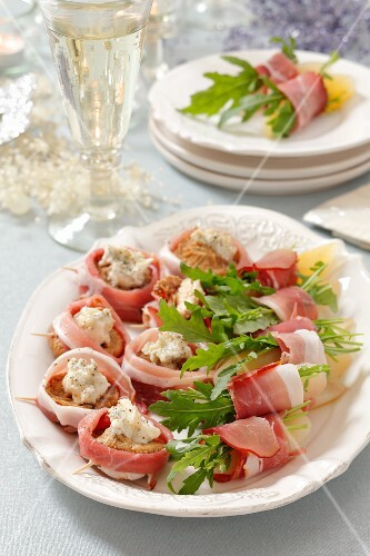 Ham rolls with dried figs, blue cheese and pears