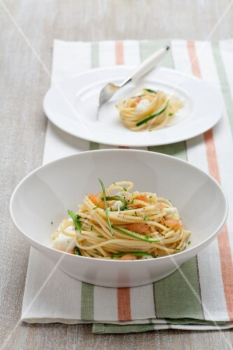 Spaghetti with smoked salmon, courgette and mozzarella