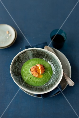 Cream of spinach soup with a baked egg