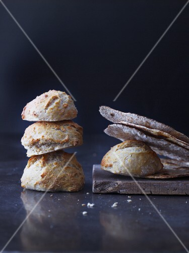 Bread rolls and Schüttelbrot (crispy unleavened bread from South Tyrol)