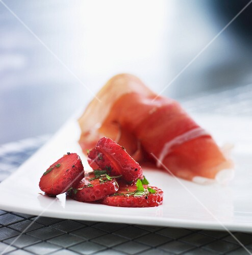 Ham with marinated strawberries