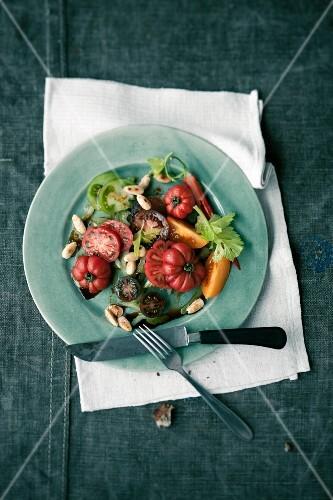 Bunter Tomatensalat mit geschälten Mandeln