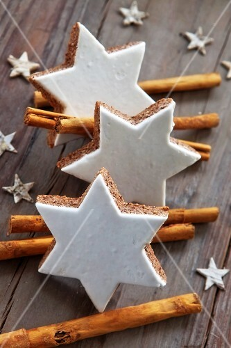 Cinnamon stars and cinnamon sticks