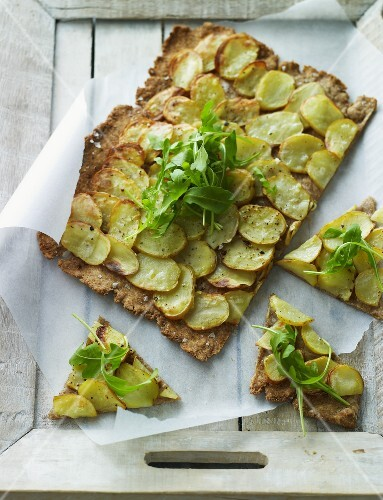 Crisp bread with potatoes and rocket