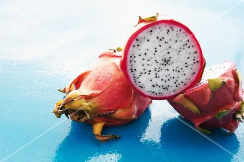 Drachenfrüchte ganz und halbiert