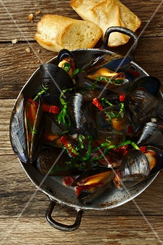 Mussels in an aluminium pot