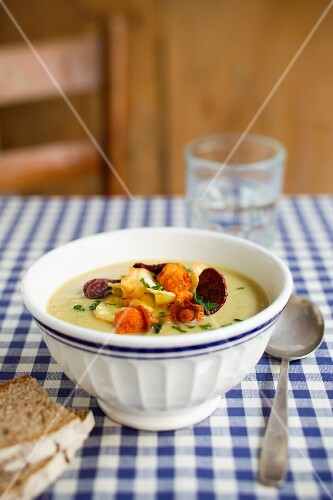 Pea soup with vegetable chips