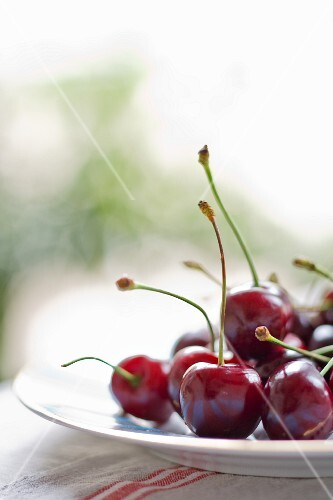 A plate of fresh cherries