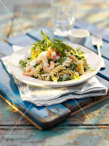 Pasta salad with rocket and prawns