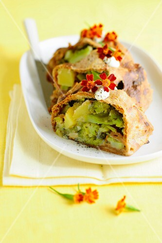 Wholemeal strudel filled with broccoli and blue cheese