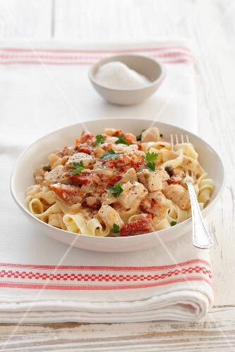 Tagliatelle with chicken, dried tomatoes and cream sauce