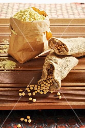 Soya beans and soya flour