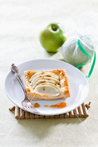 Puff pastry cakes with apple