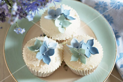 Louise's cupcakes: cupcakes decorated with blue sugar flowers