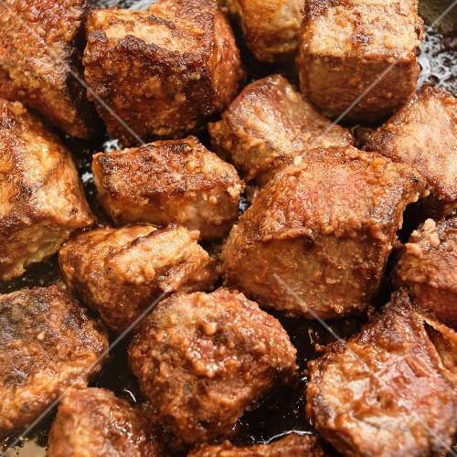 Rindfleischwürfel anbraten