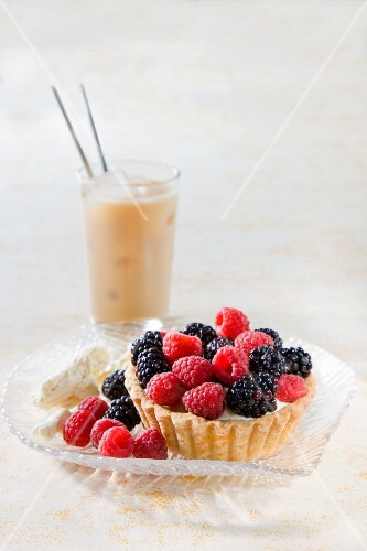 A tartlet with white chocolate cream and mixed berries