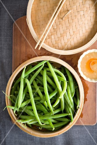 Steamed green beans with peanut butter sauce
