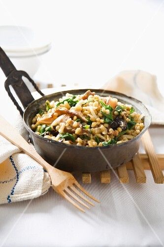Wheat with spinach and dried mushrooms