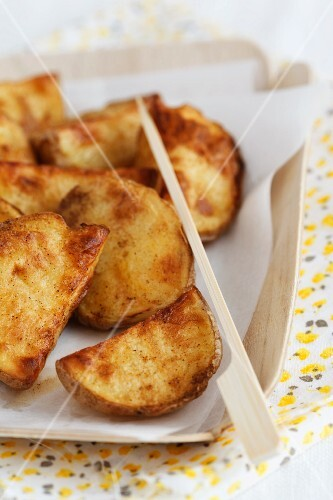 Roast potato wedges with chilli and curry powder