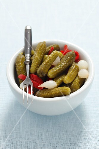Gherkins with pearl onions and peppers
