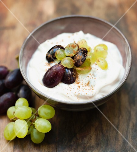Yogurt dessert with grapes, cinnamon and honey
