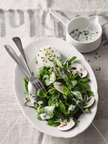 Lamb's lettuce with mushrooms and goat's cream cheese