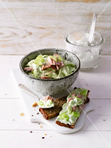 Avocado cream with tuna fish and spring onions