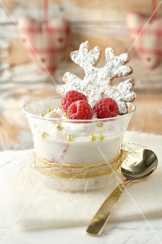 Cremespeise mit Himbeeren und Schneeflockenplätzchen zu Weihnachten