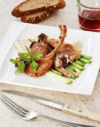 Lamb chops with young garlic and alioli