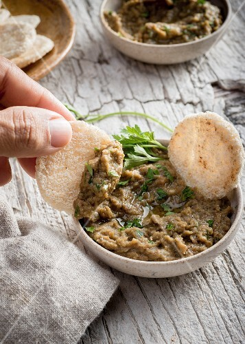 Spicy lentil dip with parsley, lemon and crackers
