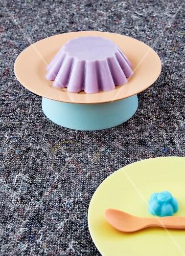 Decoration ideas for a child's birthday party with colourful plates and ice cream