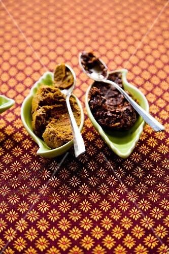 Prik Gaeng Lueang und Prik Gaeng Pet (red and yellow curry paste, Thailand)