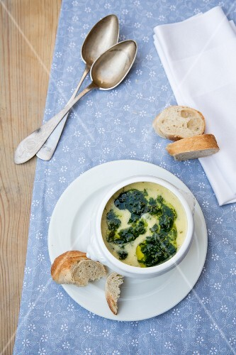Cream of wild garlic soup with baguette