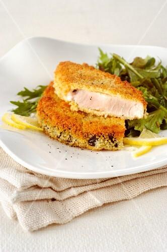 Breaded swordfish with lettuce and lemon