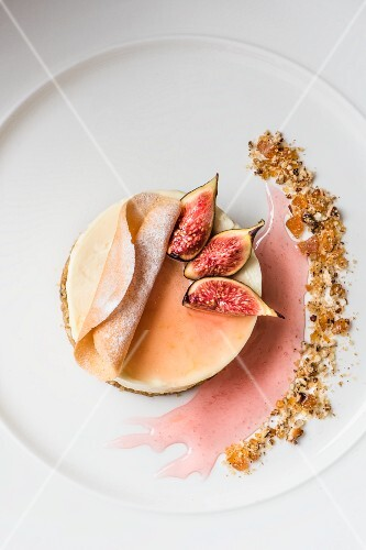 Cheesecake with figs and brittle (seen from above)