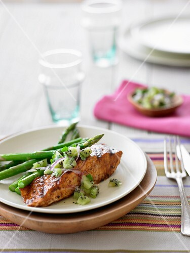 Salmon with asparagus and kiwi salsa