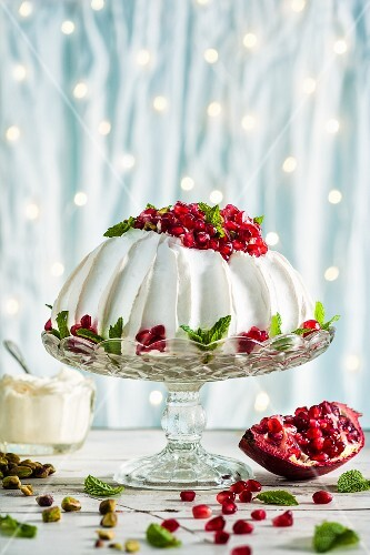 Pavlova with pomegranate seeds and pistachio nuts (Christmas)
