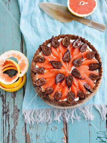 Grapefruit and fig tart seen from above