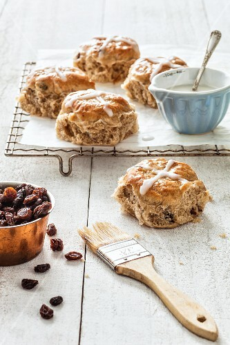 Hot cross buns with pecan nuts and rum-soaked raisins