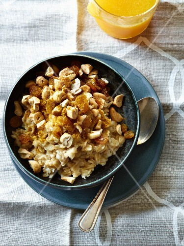 Porridge with curry and cashew nuts