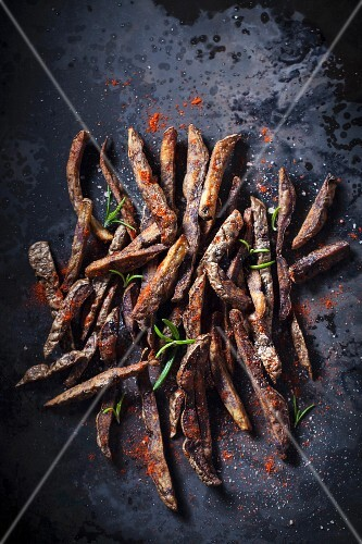 Rustic oven-baked chips with rosemary and chilli powder