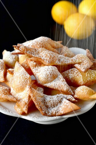 Lemon biscuits dusted with icing sugar